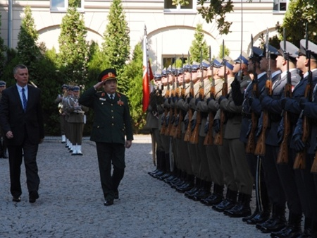 Vietnamese Minister of National Defence, General Phung Quang Thanh reviews the guard of honour during a welcoming ceremony in Warsaw on August 12.—Photo tienphong